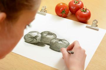 Schülerin malt Tomaten-Arrangement