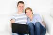 glückliches pärchen surft im internet