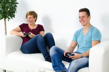 zwei jugendliche spielen an der konsole