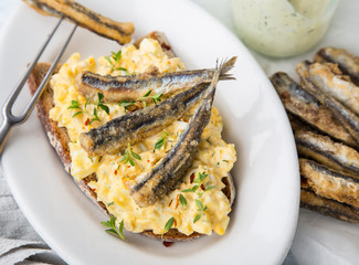 frittierte Fische mit Eiersalat