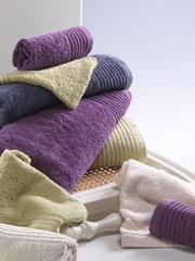 Handtücher auf Stuhl gelegt
