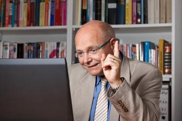 Lehrer einer Fernuni vor dem Computer