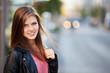 Attraktive junge Frau in der Stadt