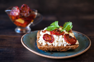 Grain bread with cottage cheese, herbs and sun-dried tomatoes