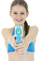 Teenager zielt mit Wasserpistole