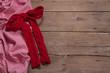 Weihnachtlicher rustikaler Holz Hintergrund mit roter Schleife
