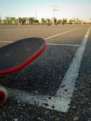 공원 농구코트 위의 스케이트보드