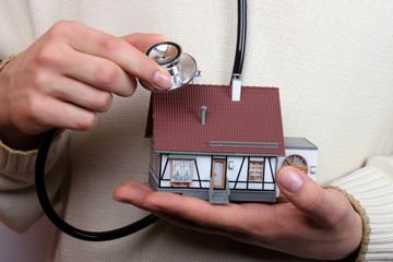 Mann hört Haus das er kaufen will ab, Stetoskop