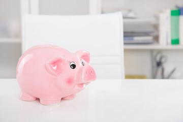 Glücksschwein - Sparkasse im Büro als business Hintergrund