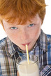 Kind trinkt Milch mit Strohhalm