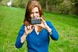Frau Smartphone Bedienung Draußen