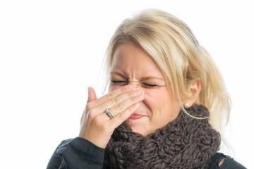 Blonde Frau ist erkältet