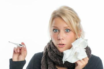 Blonde Frau hat hohes Fieber