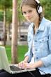 Teenager mit Laptop hört Musik