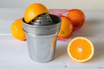 Saftpresse und Orange