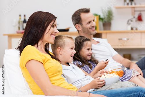 lachende familie schaut fern
