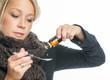 Kranke Frau zählt Hustentropfen ab