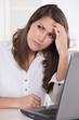 Frau hat Migräne oder Probleme am Arbeitsplatz