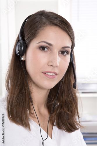 Frau im Callcenter oder im Kunden Support mit Headset