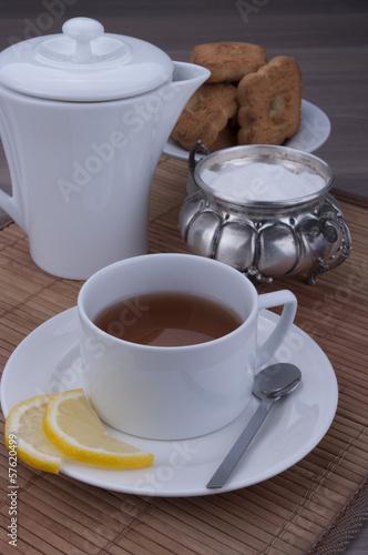 tè caldo con pasticcini