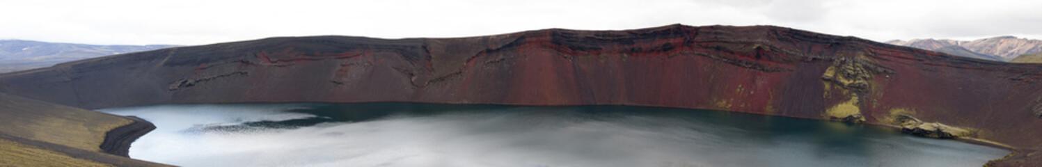 Cratere con lago vulcanico in Islanda