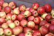 viele äpfel in holzkiste