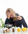 Kranke Frau trinkt Erkältungstee