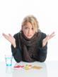 Kranke Frau vor Tablettenblister