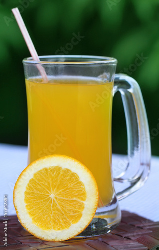 Orange juice with sliced orange