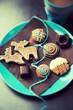 Verschiedene Weihnachtsplätzchen mit Tasse Kakao