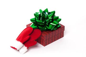 Weihnachtsgeschenk mit grüner Schleife