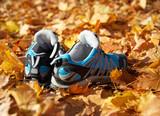 Schuhe im Herbstlaub