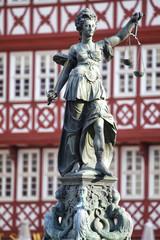 Statue der Justitia am dem Römerplatz in Frankfurt am Main, Deu