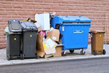 Mülltonnen am Straßenrand