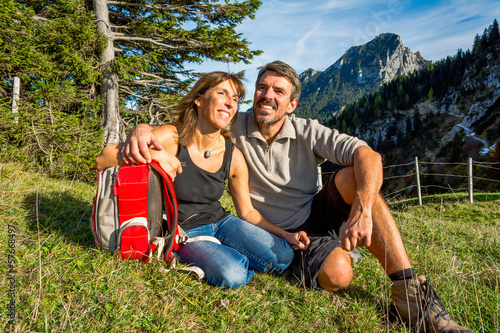 canvas print picture Paar macht Pause auf einer Wiese in den Bergen