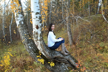 Девушка осенью в горах