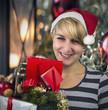 Mädchen mit Weihnachtseinkäufen