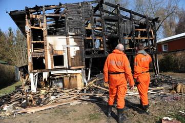 Polizei untersucht abgebranntes Haus