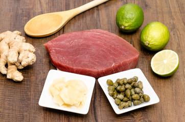 Roher Thunfisch mit Zutaten
