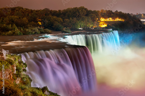 Tuinposter Watervallen Niagara Falls lit at night by colorful lights