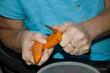 Karotten schälen