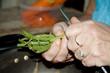 Stangenbohnen schneiden