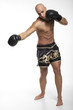 junger Mann beim Kickbox- Training und Boxkampf