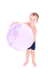 Kleiner Junge mit großem Ball