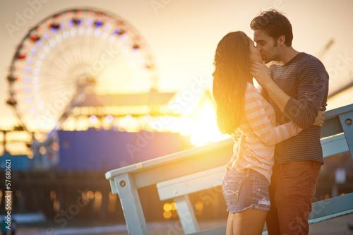 Fotobehang Amusementspark romantic couple kissing in front of santa monica