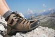 Wanderschuhe von einem Wanderer in den Bergen