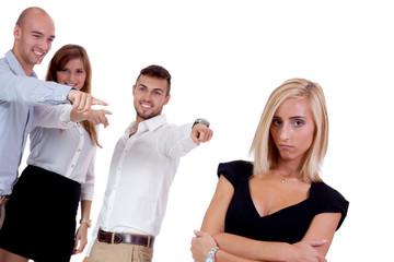 junge geschäftsfrau mobbing vom team gruppe