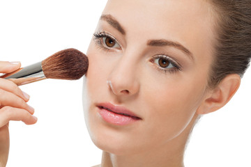 junge frau wird geschminkt makeup puder