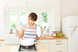キッチンで料理中の女性