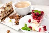 Fototapety Kaffee-Kränzchen: Kuchen und Cappuccino genießen
